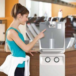 Wasserveredeler - Standgeraet weiss in Fitnessstudio - Aquaneo