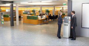 Wasserveredeler - Standgeraet weiss in Büro - Aquaneo